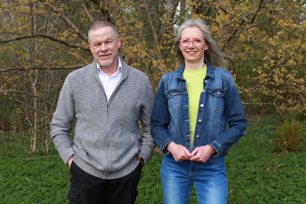 Lisbeth C. Jørgensen og Steen Jensen står sammen foran nogle træer