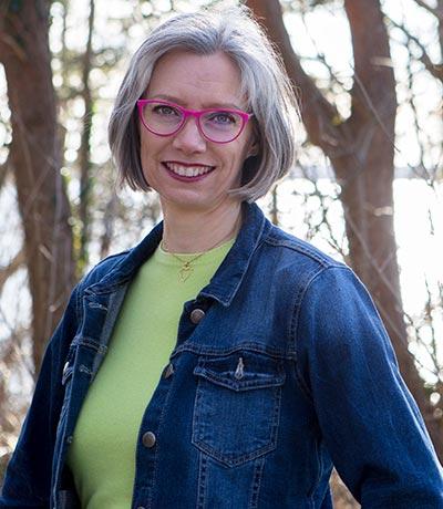 Lisbeth C. Jørgensen står foran nogle træer