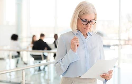 Kvinde med præsentationsangst læser i sine noter
