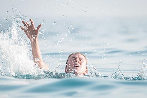 Pige råber på hjælp i vandet